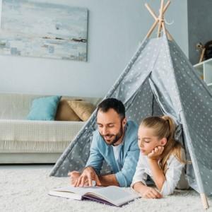 tata z córką w namiocie